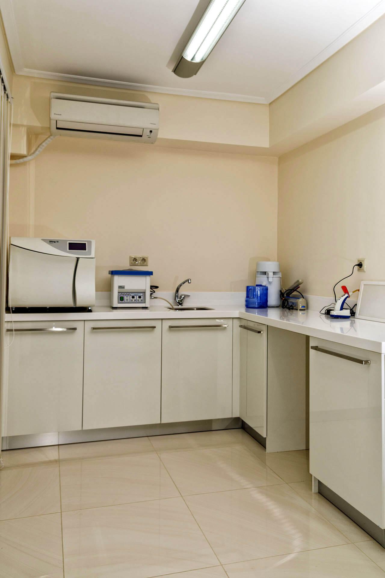 Εσωτερικό ιατρείου και μηχανήματα
